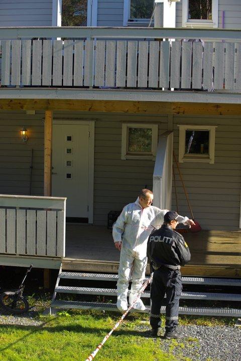 Dobbeltdrapet i Kirkenes. Teknikere på åstedet i Kirkenes der en kvinne (37) og en 12-åring ble drept natt til mandag