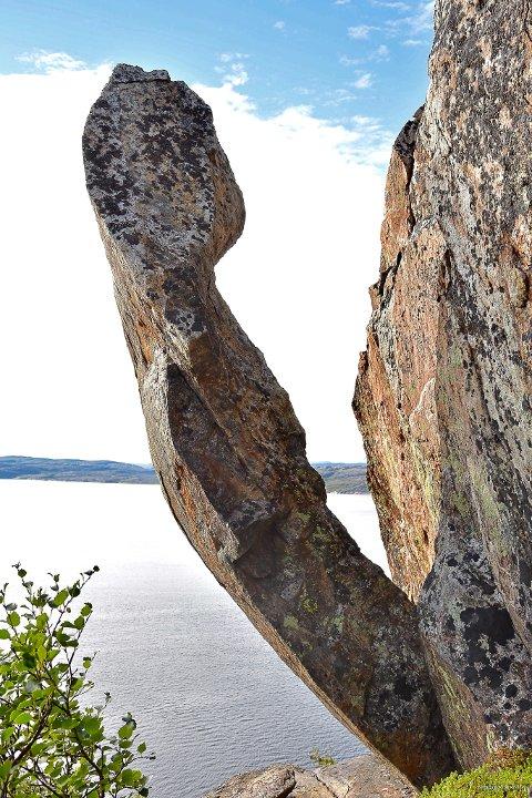KAN BLI ATTRAKSJON: Nilsen håper dette kan bli en turistattraksjon. For å kunne se den skikkelig, må man reise til Reinøya med båt.
