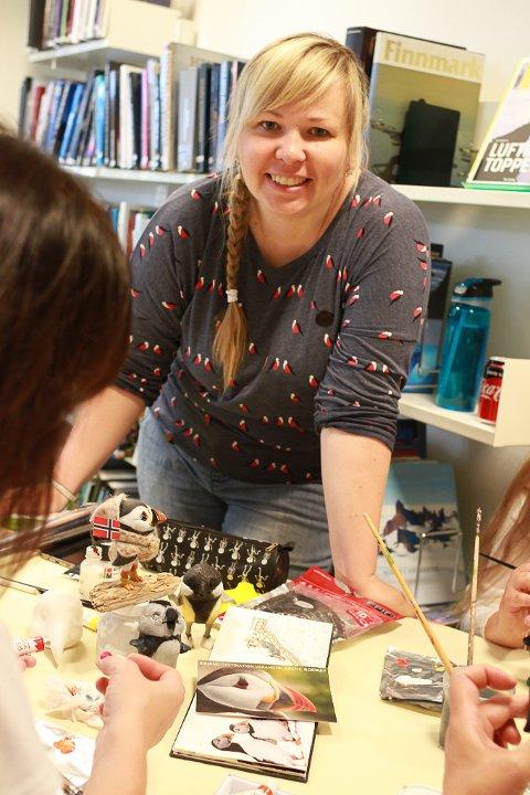 FEMTE GANG: Irina Cherepanova driver med papirleire, og akkurat nå lager hun lundefugler. Nå har hun vært i Vardø for femte gang. TIdligere i år kom hun for å holde kurs i kunsten å bruke papirleire.