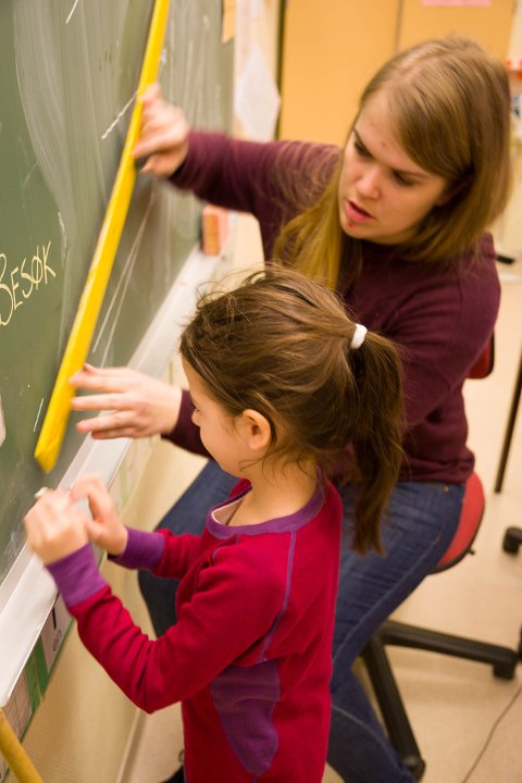 VINKEL: Rita skriver sin vinkel på tavla. Lærer Marte hjelper til.