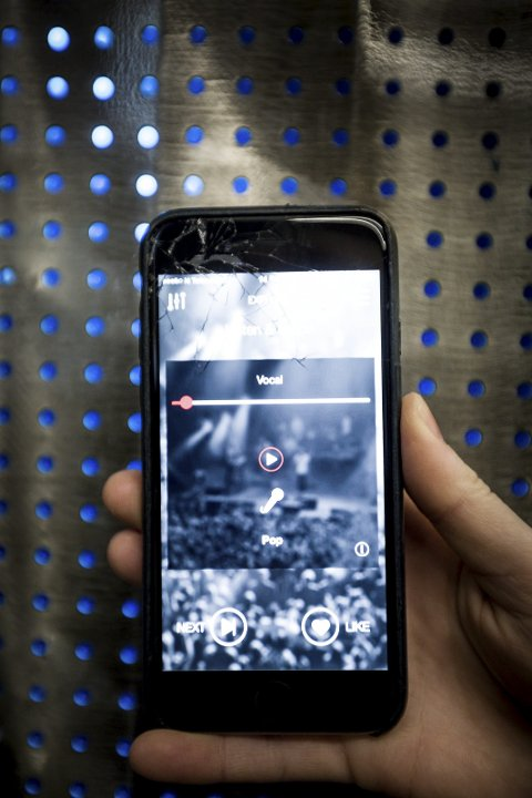 MUSEBOX: Musebox lar brukeren «swipe» mellom 15-sekunders lydfiler. Når to musikere liker hverandres lydfiler og «matcher», åpnes profilene og man kan begynne å snakke sammen. Foto: Tom Gustavsen