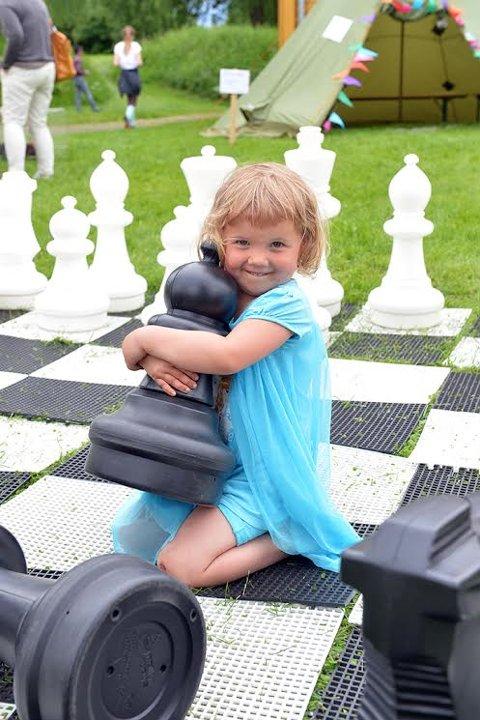 TIDLIG KRØKES: Om man en god sjakkspiller skal bli, Melissa Granheim (3 1/2 år) synes det store sjakkspillet var veldig morsomt
