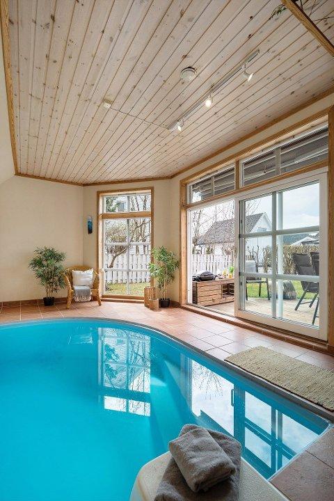 BASSENG: Eneboligen har en vinterhage med innendørs basseng. Megleren forteller at dette er sjeldent i Lillestrøm.