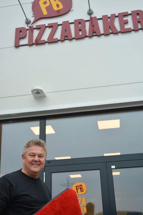 SERVERING: Petter Carlsen hos Pizzabakeren har fått tillatelse til å etablere serveringsblasser både innendørs og utendørs.
