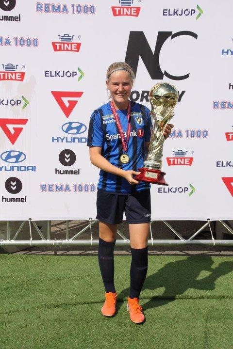 En fornøyd Ella Isaksen Opkvitne med Norway Cup-pokalen.