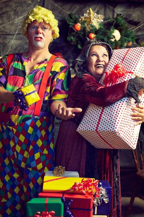 Teatergruppa Kaos-operatørane viser teaterstykket «Heksagon og jule-stria». (Pressefoto).
