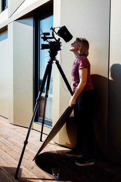 Oda Hveem frå Halsnøy driv i dag firma i Nydalen. Her er ho på opptak av Kristin Krohn Devold på takterrassen The Hub, for NHO Reiseliv.