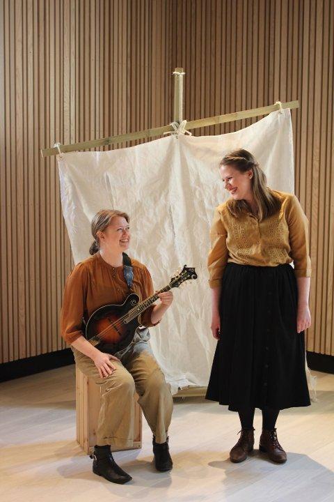 ØYTEATER: Marianne Ek Hagen fra Borg er i Lofoten for å spille teaterforestillinga «Havets stemme» sammen med musiker Marte Røyeng.