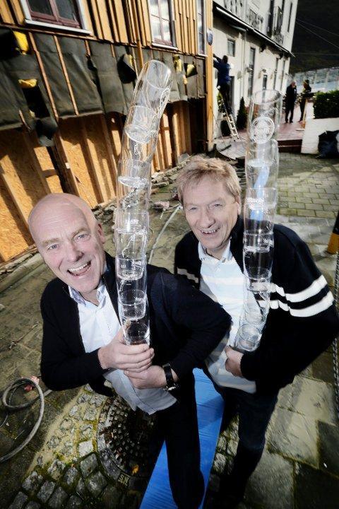 Jan Klev (t.v.) og Gunnar Andersen som driver Vertshuset Skarven med fem skjenkesteder, solgte flest halvlitere med øl i fjor.