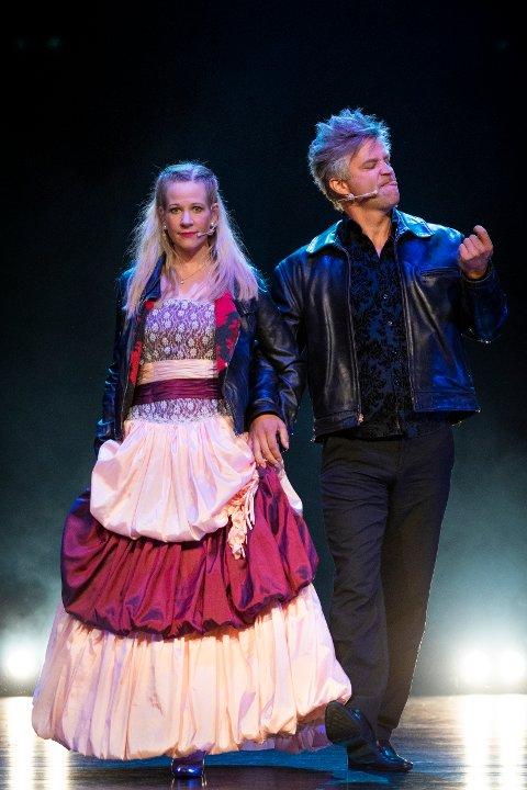 INSTRUKTØRER: Også de profesjonelle instruktørene var innpå scena. Her initiativtaker Heidi Harriet og sangeren Allister Kindingstad.