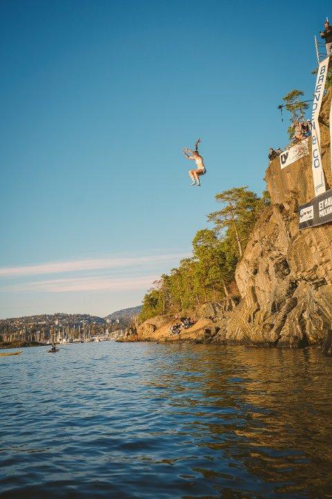 VÅT SOFA: Her har Ingvild M. Johansen inntatt sofa-positur og faller mot vannflaten fra 12-meters høyde. Det ga mildt sagt fysiske utslag.