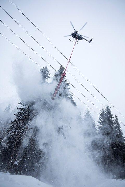 KANTKLIPP: Slik ser det ut når helikopteret klipper langs høyspentlinjene.