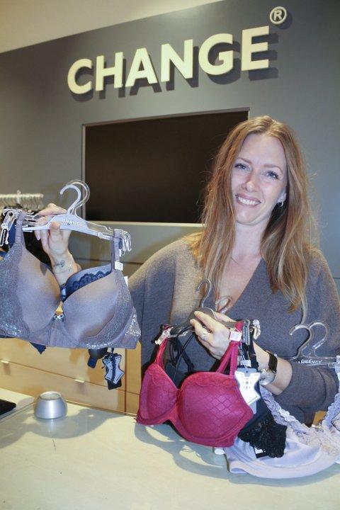 TIL RØDE KORS: For hver solgte BH Sarah H. M. Ness selger, vil én BH bli gitt til Røde Kors. Det er bursdagsgaven fra Change-kjeden som fyller ti år i disse tider. FOTO: KARIN HANSTENSEN