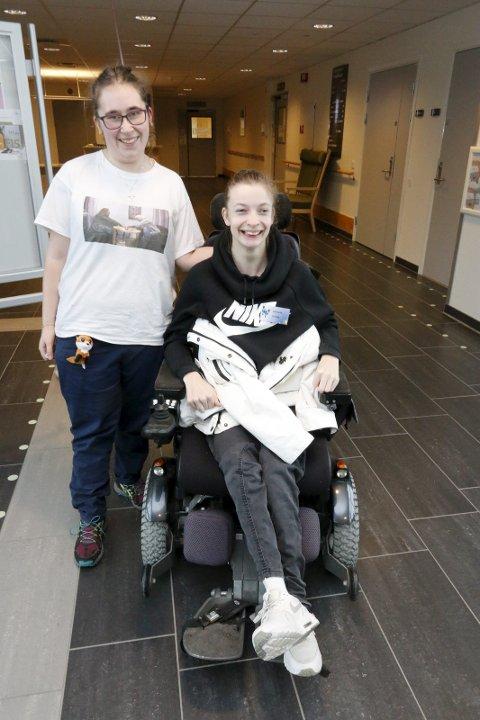 Jannicke Ø. Andresen sitter i rullestol. Sammen med Rebecca Julås sprer hun mye varme på Finstadtunet sykehjem i Ski.