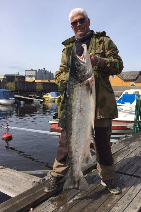 En stolt fisker med en rugg av en laks