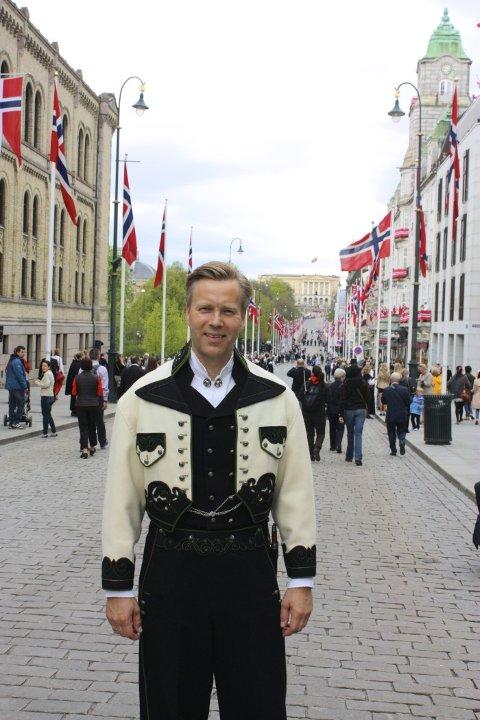 Informasjonsdirektør Jon Berge hos If i sin Øst-Telemark-bunad. (Foto: If)