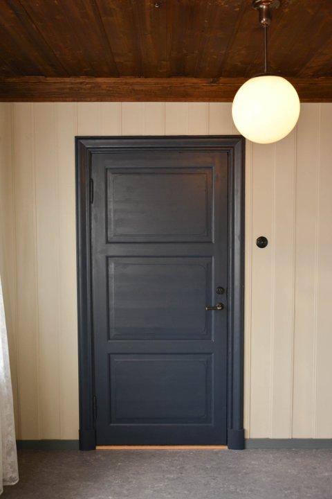 KONTORET: Hvite vegger, blå dør, brunt tak. Lampa er også original fra skolen.