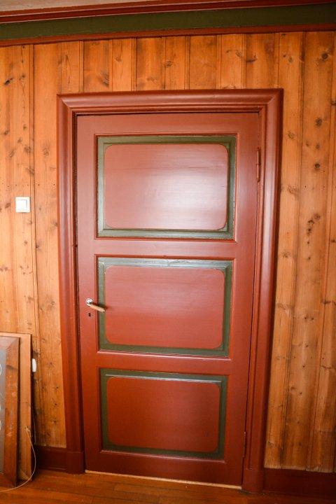 RØDT OG GRØNT: Det tredje rommet som riksantikvaren har pusset opp, går i rødt og grønt på dører og lister. Veggene er ubehandlet.