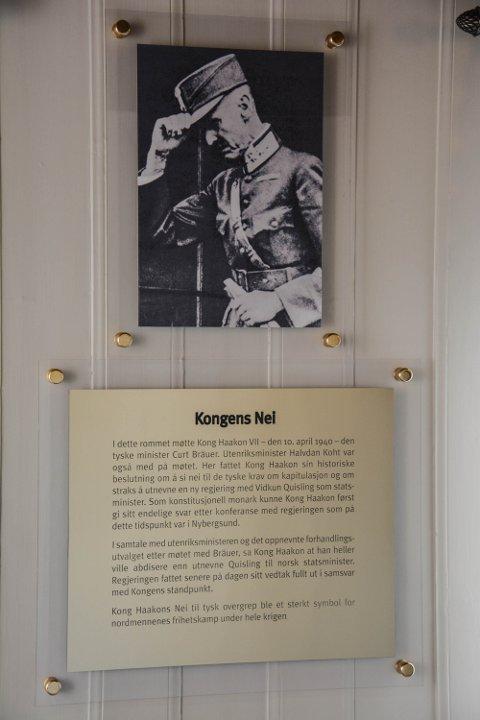 INFORMASJON: I kontoret er det satt opp en tavle med informasjon om det historiske møtet mellom kong Haakon og det tyske sendebudet.