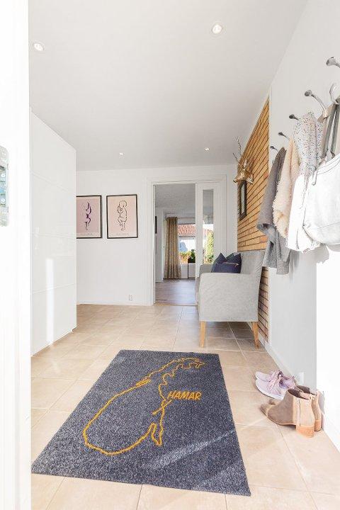 DØRMATTER: Kine har begynt å designe dørmatter, som produseres i Belgia.