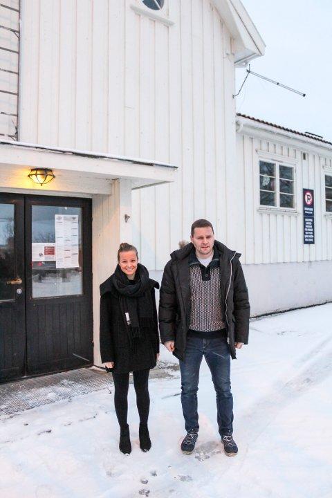 Harald Grovkunne fortelle at de aller fleste skilt er satt opp. Her sammen med Karoline Aarvold.