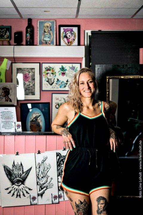 Tatovert: Synne lever av å tatovere og har naturligvis en del tatoveringer selv også.