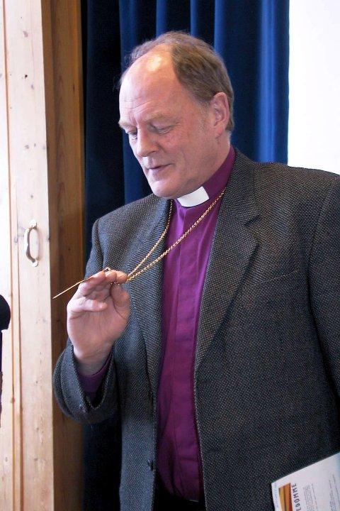 Mens han ennå var biskop i Sør–Hålogaland viste han fram bispekorset som også landsdelens første biskop, Mathias Bonsach Krogh bar på magen fra 1807 til 1814. Arkivfoto.