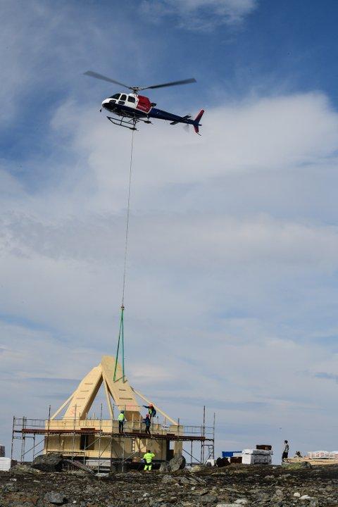 De tunge elementene den nye sikringshytta til Rabothytta bygges av, løftes på plass med helikopter.