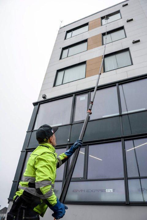 Stephan Abraham ved Kvikk sto trygt på bakken da vinduene 5 etasje ble vasket.