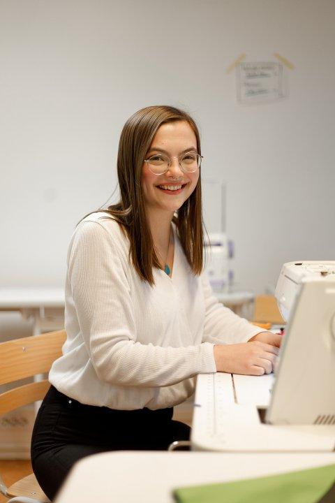 GRØNN DESIGNER: Motestudent Ane Viktoria Strøm Linde fra Nes  er opptatt av bærekraft og gjenbruk og fikk nylig ta del i et prosjekt der elevene ved Esmod i Oslo skapte moteplagg av kasserte Bergans-produkter