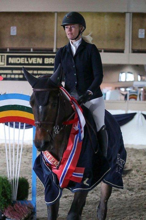 Norgesmester: Anne Line Røysi på hesten Noblesse-Noblige. Ekvipasjen ble norgesmester i klassen for fireåringer.