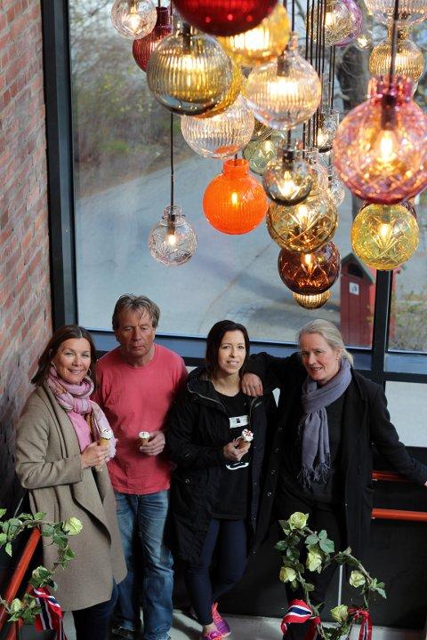 Kari Sørum Roll-Matthiesen, Sven Pedersen og Martina Koporova (glass-slipere) sammen med Maud Gjeruldsen Bugge som har designet kulene.