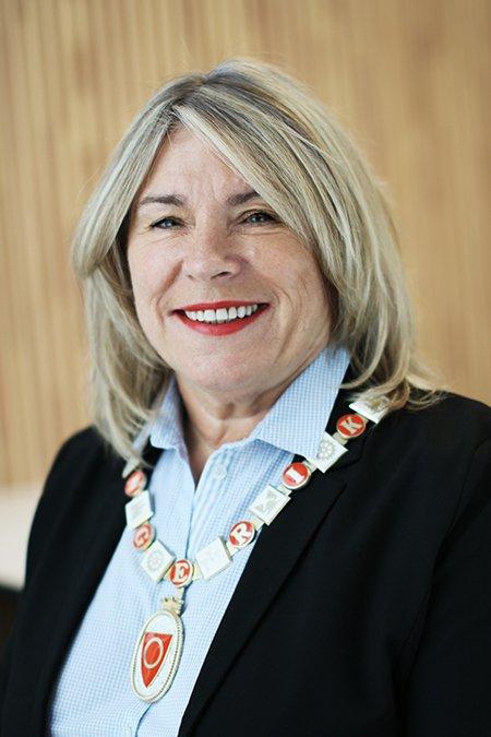 BRY DEG: - Ikke glem dem som trenger en telefon eller på annen måte en kontakt, sier ordfører i Ringerike, Kirsten Orebråten.