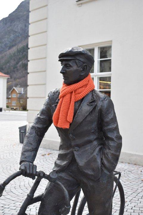 KIRKENS BYMISJON : Statuen av Gunnar Sønsteby har fått et oransje skjerf - som kan lånes av de som fryser. (foto Sebastian A. Kõnig)