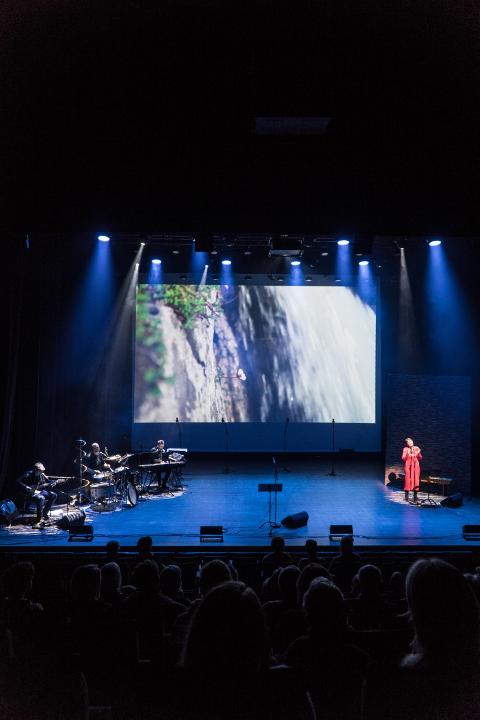 FORESTILLINGEN: Anne Grimstad Fjeld som kommer med sitt ensemble til Rjukanhuset med Ulendt terreng - en livsglad forestilling om kreftoverlevelse og livets uransakelige veier, med bilder, musikk, ord og dans
