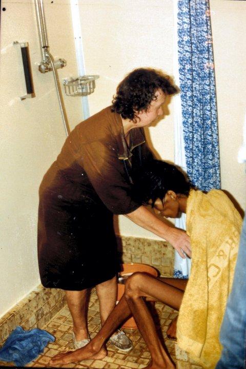 Nå avdøde Lilly Hagerup var ansatt som forpleiningsassitent på Høegh Fortuna på 80-tallet. Her vasker hun Nhu Quanq Vho etter at han og 16 andre vietnamesiske flyktninger blir reddet av mannskapet etter 52 døgn på åpent hav.
