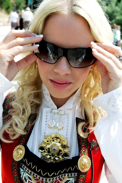Christine Guldbrandsen burde egentlig ikke hatt på solbrillene. Men når sola steker, er det fristende å beholde dem på. Foto: Sara Johannessen / SCANPIX