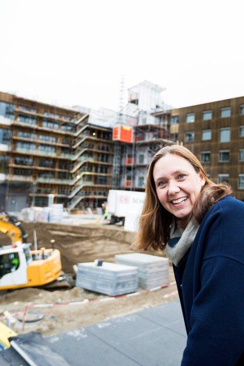 FORLATER LHL: Hege Lundring er ansatt som divisjonsdirektør i Sykehuset Innlandet. Her er hun avbildet på byggetomta til det nye LHL-sykehuset på Gardermoen i fjor høst. Foto: Lisbeth Andresen