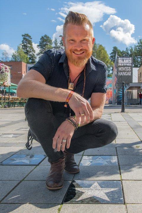 Amund Maarud ble hedret med sin egen stein på Notoddens «Blues Walk of Fame».