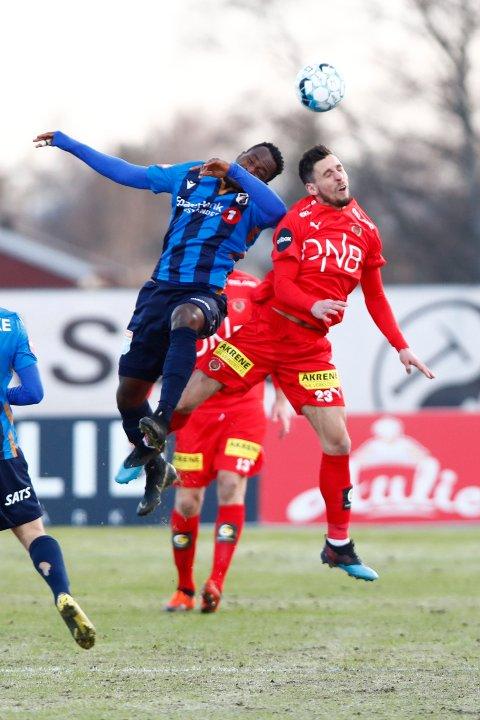 Tøffe forhold: Daniel Pedersen hadde en rekke dueller mot Franck Boli og de andre Stabæk-spillere. Dansken mener at han burde hatt straffespark før pause. Foto: NTB scanpix