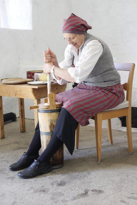 dd2aac388 Romerikes Blad - Åtte potter rømme - veien fra melk til fløte og smør