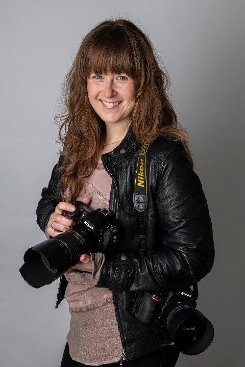 FOTOGRAFEN: Elisabeth Figenschou Jølstad er en utdannet fagfotograf med svennebrev, og har eget studio i Moveien. Hun er kanskje mest kjent for sine portrett- og bryllupsbilder, men nå for tiden er det hundefotografering som opptar mye av hennes tid.