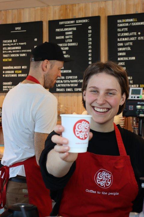 Det er med et stort smil Mona Krogh betjener kundene på kaffebaren i Sandnes
