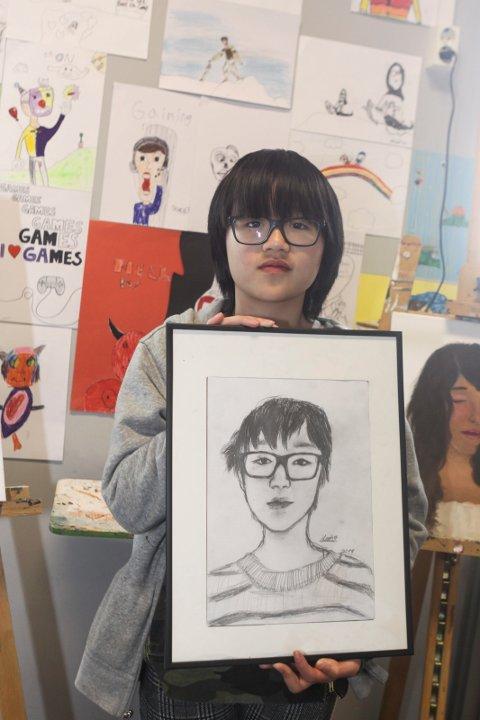 Selvportrett: Leah Tran med blyanttegning av seg selv.