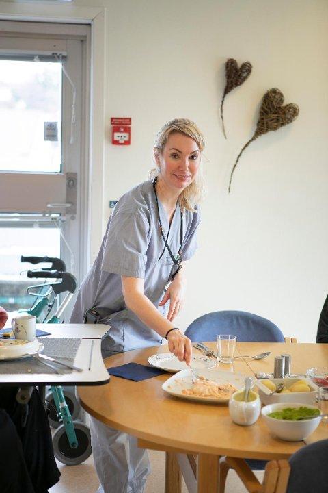 FINT: Sykepleier Barbro gir en av pasientene mer fisk. De ansatte er opptatt av at maten skal se innbydende ut og legger den alltid opp på serveringsfat.