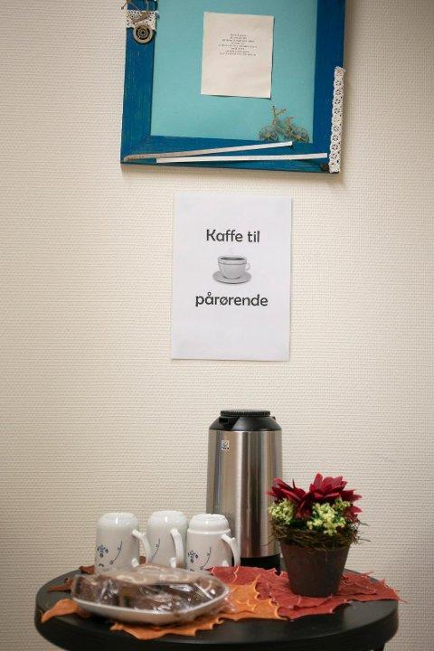 KAFFE: Å ta seg av de pårørende er en viktig oppgave for de ansatte på Lindrende enhet. Kaffen står alltid klar, sammen med kake.