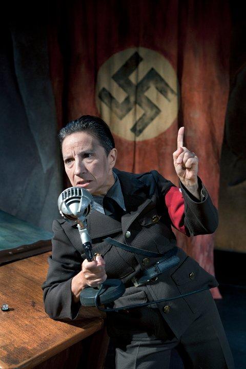 AKTUELL IGJEN: Ina-Miriam Rosenbaum som Dr. Joseph Goebbels. Strategen bak Hitlers propaganda er på farten igjen, nå med nytt radioprogram.
