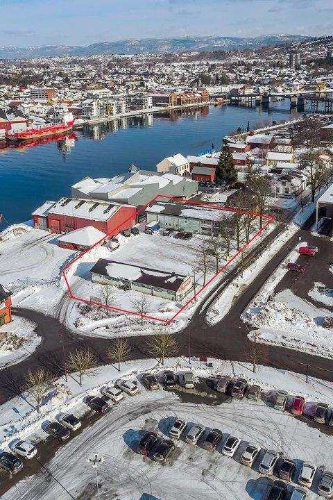 UTVIKLING: Mange gamle verkstedbygninger står for fall til fordel for boligbygging på området. Den rød streken viser den aktuelle tomta som nå er til salgs for 10 millioner. (FOTO: Q4 Næringsmegling)
