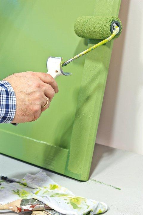 Et kjedelig kjøkken kan fornyes ved bruk av litt maling og godt verktøy. Foto: Chera Westman, ifi.no/ANB