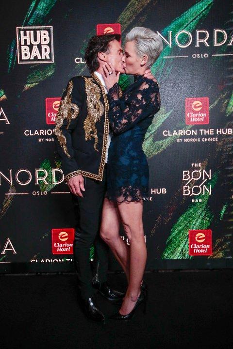 Oslo  20190307. Petter Stordalen og Gunhild Stordalen kysser under åpningsfesten for Clarion Hotel The Hub i Oslo. Foto: Håkon Mosvold Larsen / NTB scanpix